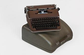 portable typewriter resized 600